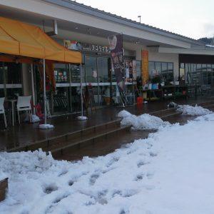 雪にも負けず営業しています。
