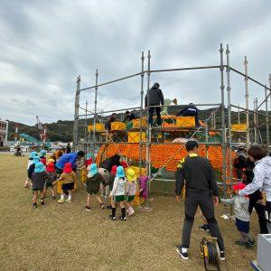 道の駅「八幡浜みなっと」芝生公園にて巨大みかんオブジェ製作進行中